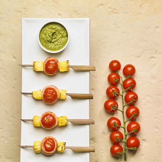 Brochettes de tomates Sweet Baby au lard et ananas
